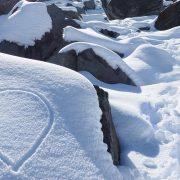 Ein Liebesherz in Schnee gemalt